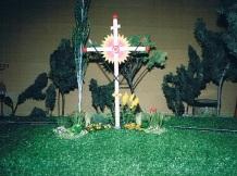 Détail de la croix et de l'aménagement floral